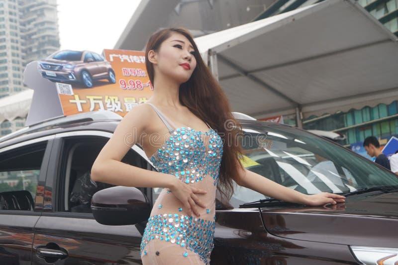 Shenzhen Kina: kvinnlig modellshow royaltyfria bilder