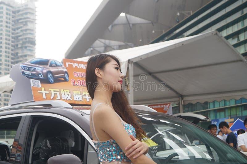 Shenzhen Kina: kvinnlig modellshow arkivfoton