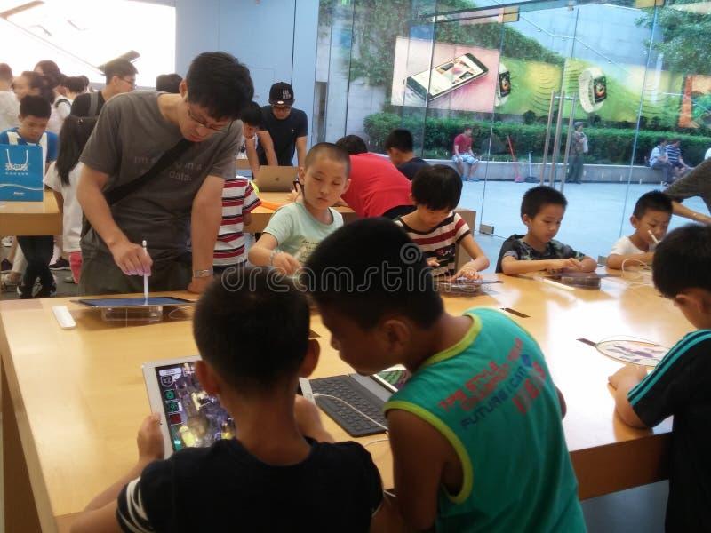 Shenzhen Kina: Lager för Apple mobiltelefonmonopol royaltyfria foton