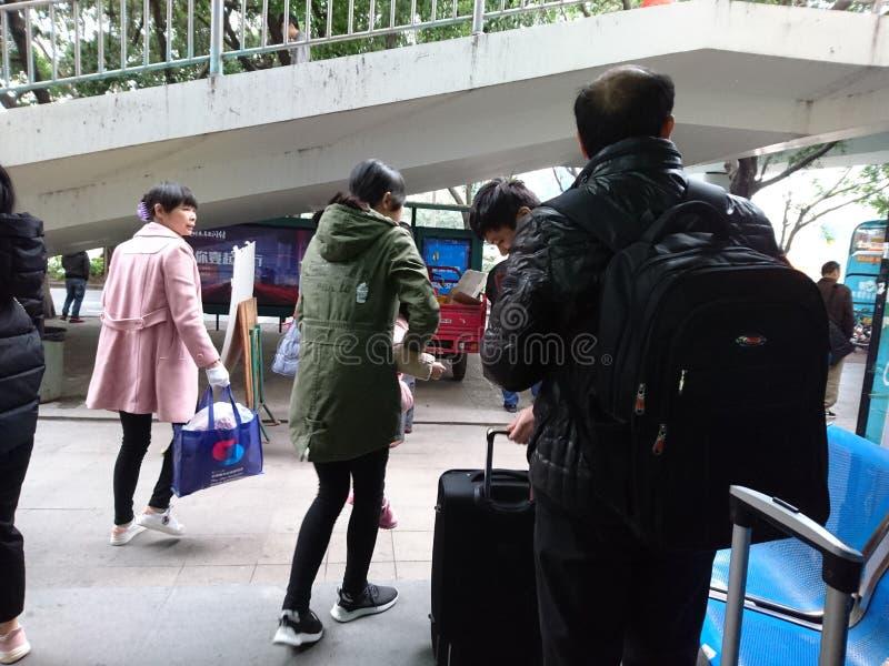 Shenzhen Kina: Nyårsdagen, kontor för biljett för bussstation och landskap för passageraretrafik arkivbilder