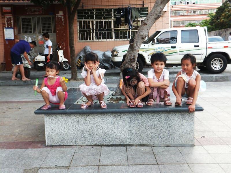 Shenzhen Kina: små flickor spelar, intressanta platser royaltyfria bilder