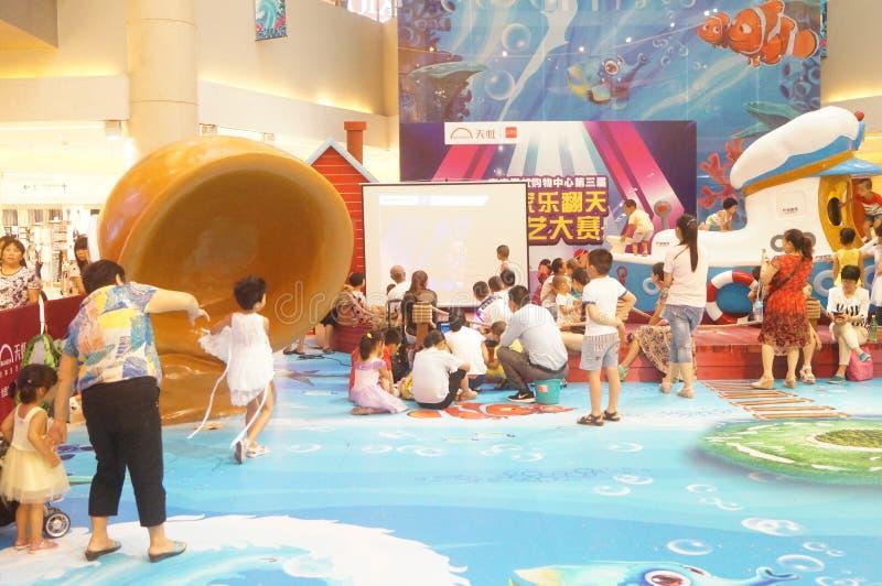 Shenzhen Kina: sommarferier, barnlek på lekplatsen för barn` s arkivfoto