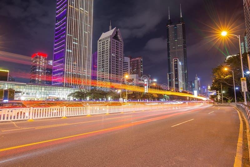 Shenzhen Kina stadsgata med den ljusa slingan på skymning royaltyfria foton
