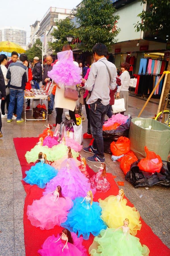 Shenzhen Kina: stalls på den fot- gatan, försäljning av hemslöjder och andra artiklar arkivbilder