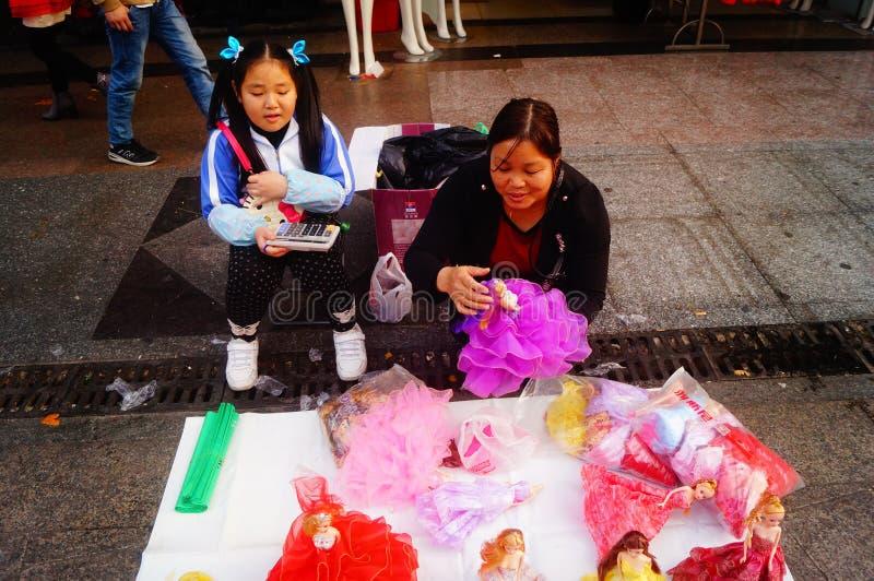 Shenzhen Kina: stalls på den fot- gatan, försäljning av hemslöjder och andra artiklar fotografering för bildbyråer