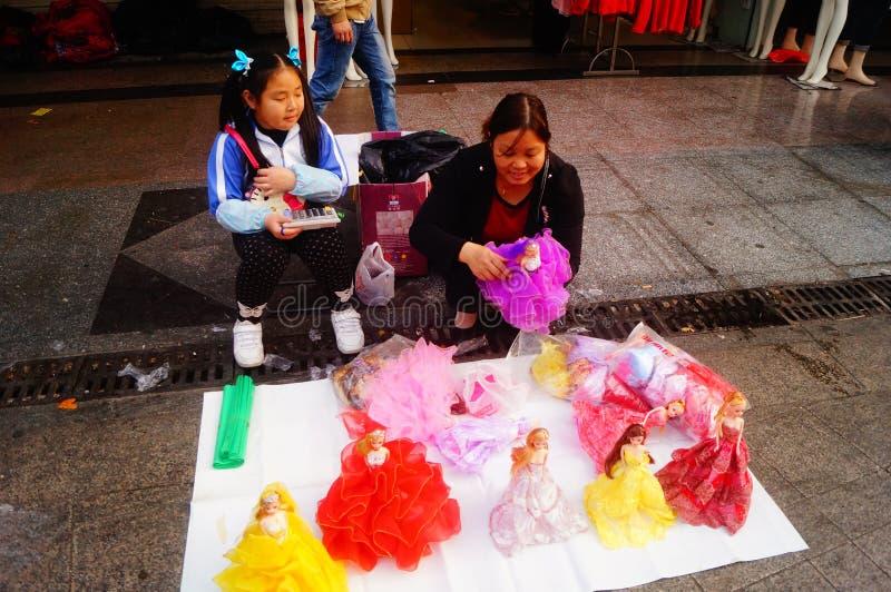 Shenzhen Kina: stalls på den fot- gatan, försäljning av hemslöjder och andra artiklar arkivbild