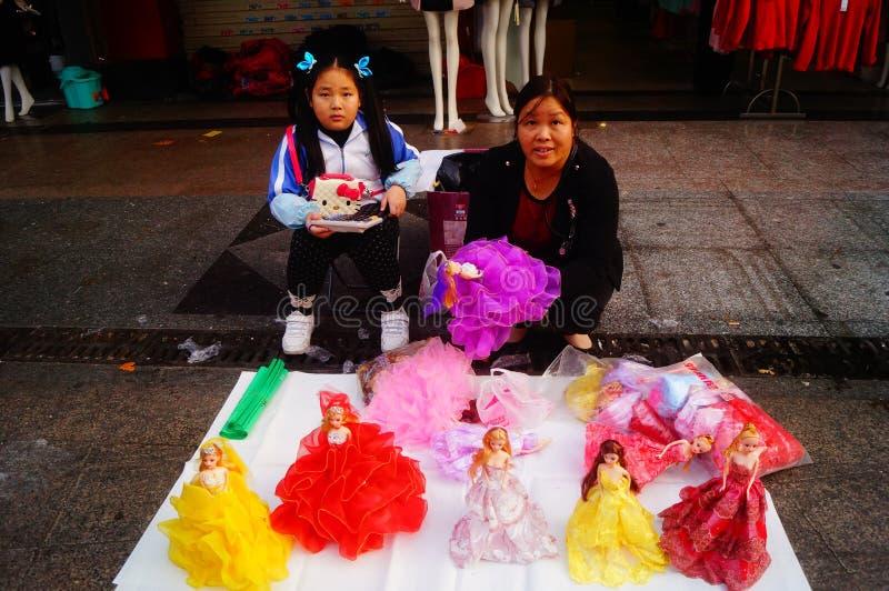 Shenzhen Kina: stalls på den fot- gatan, försäljning av hemslöjder och andra artiklar royaltyfri fotografi