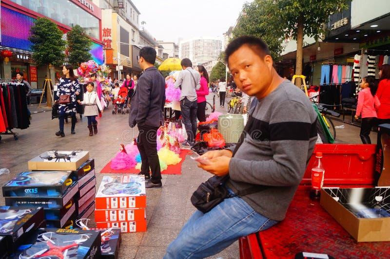 Shenzhen Kina: stalls på den fot- gatan, försäljning av hemslöjder och andra artiklar arkivfoton