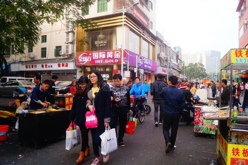 Shenzhen Kina: stalls på den fot- gatan, försäljning av hemslöjder och andra artiklar royaltyfri foto