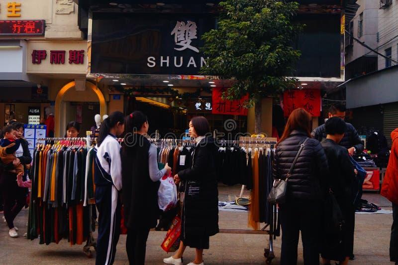 Shenzhen Kina: stalls på den fot- gatan, försäljning av hemslöjder och andra artiklar royaltyfria bilder