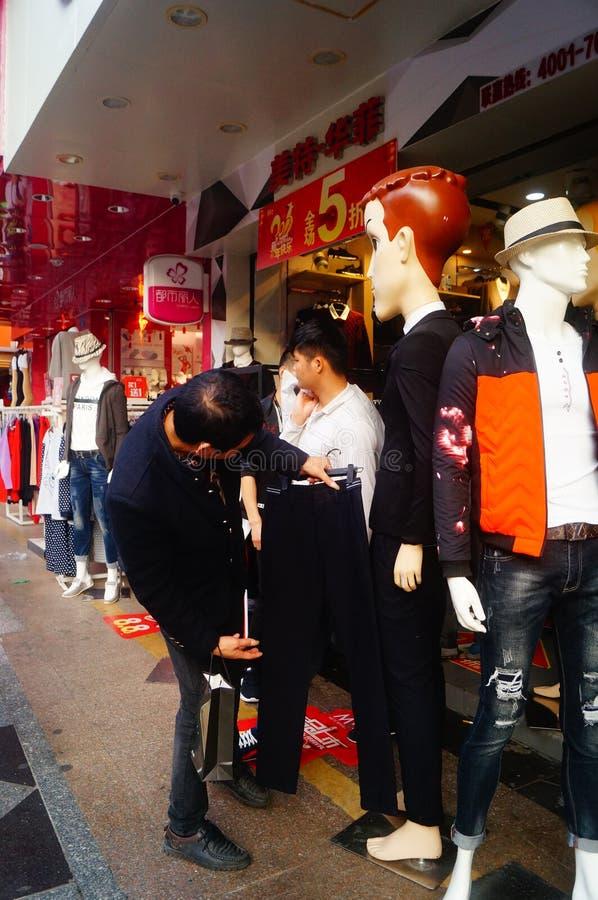 Shenzhen Kina: stalls på den fot- gatan, försäljning av hemslöjder och andra artiklar royaltyfria foton