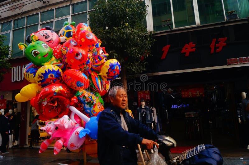 Shenzhen Kina: stalls på den fot- gatan, försäljning av hemslöjder och andra artiklar arkivfoto