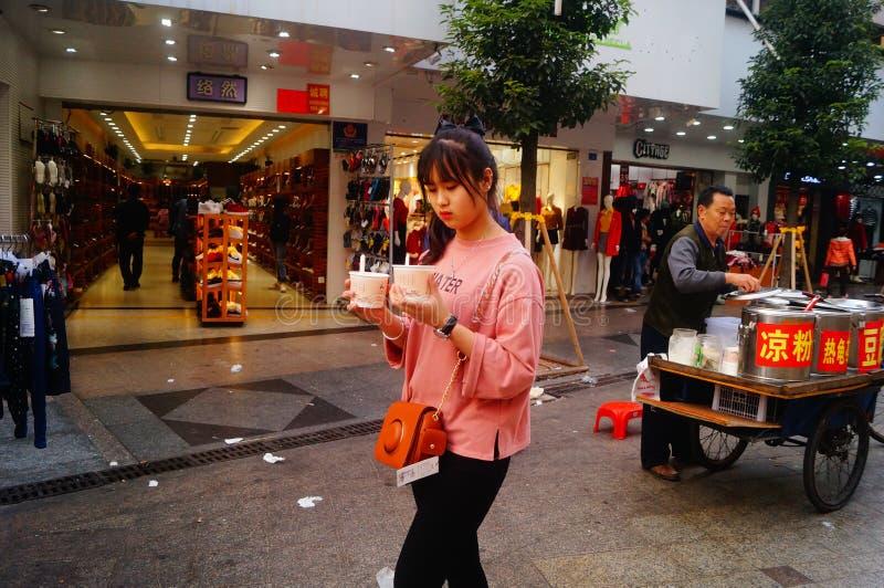Shenzhen Kina: stalls på den fot- gatan, försäljning av hemslöjder och andra artiklar royaltyfri bild