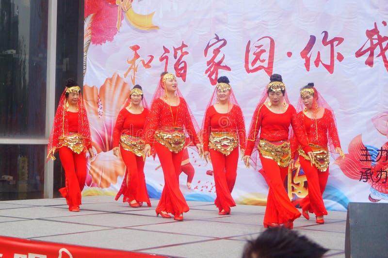 Shenzhen Kina: Stor fest 2019 för gemenskapvårfestival med kvinnor dans och att hålla ögonen på för folk arkivfoton