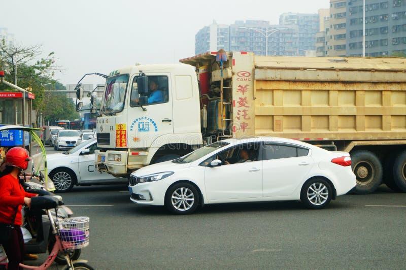 Shenzhen Kina: Stora lastbilar som laddas med gyttjabaksida-slut bilar, trafikolyckor royaltyfria foton