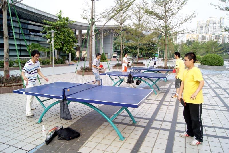 Shenzhen-Porzellan: zu Tischtennis spielen stockbild