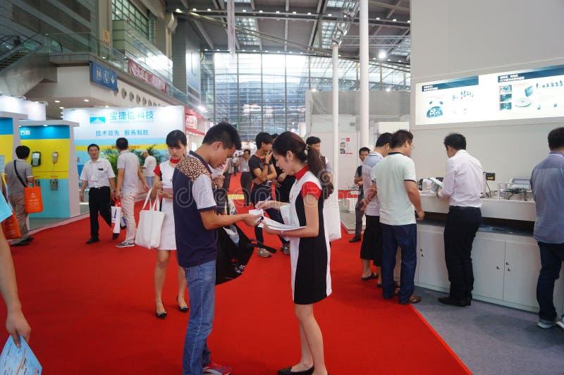 Shenzhen regel och utställningmitt: utfärda advertizingbroschyrer royaltyfria bilder