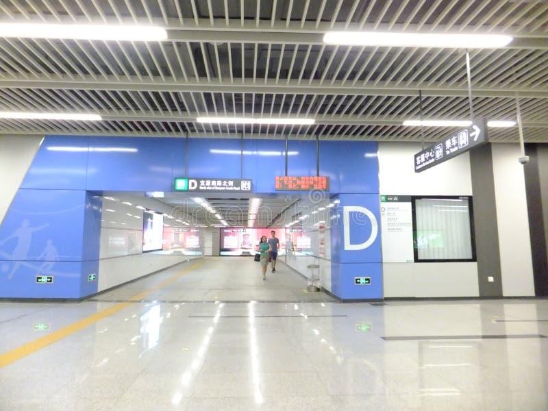 Shenzhen tunnelbanalinje 11, inomhus landskap för Baoan gångtunnelstation royaltyfri foto
