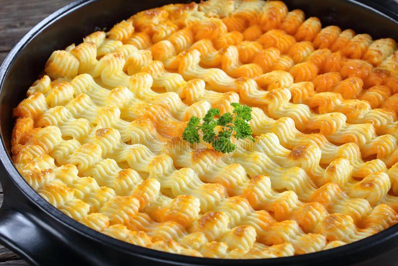 Shepherd пирог ` s в блюде выпечки стоковые изображения rf