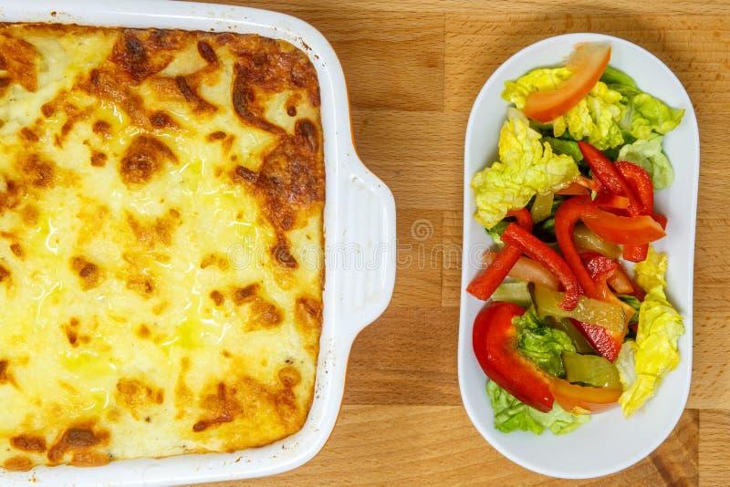 Shepherd пирог ` s или пирог коттеджа с свежим салатом стоковое фото