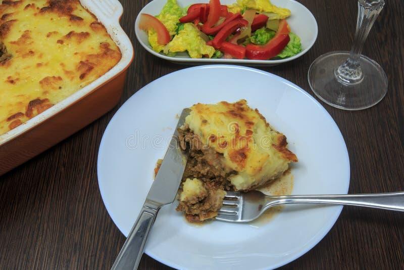 Shepherd пирог ` s с салатом, красным вином стоковые фотографии rf