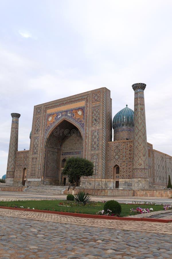 Sher Dor Madrasah no quadrado de Registan imagens de stock royalty free