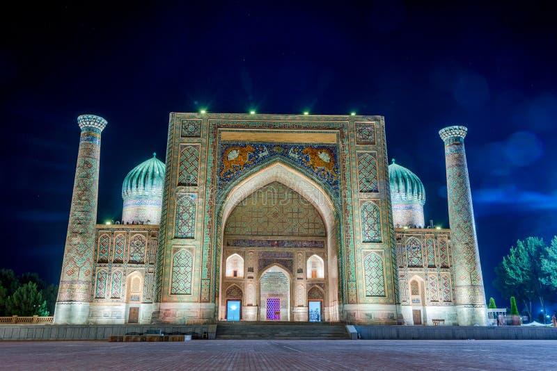 Sher-Dor Madrasah przy nocą, Samarkand, Uzbekistan zdjęcie royalty free