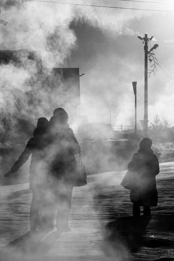 SHEREGESH RYSSLAND - DECEMBER 4, 2018: Siberian stad Sheregesh på gryning på -29 grader celsiust arkivfoto