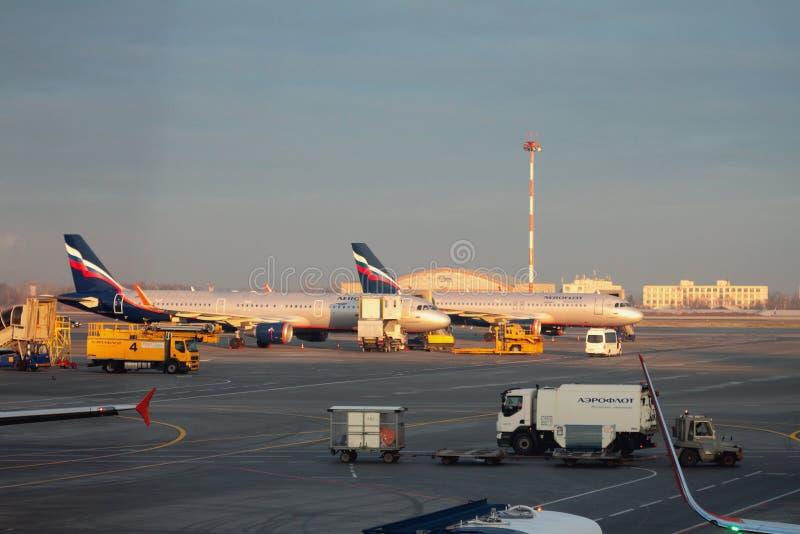 Sheremetyevo, Moskau, Russland - 13. November 2017: Passagierflugzeuge auf Service am Flughafen stockfoto