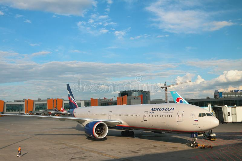 Sheremetyevo, Moskau, Russland Passagierflugzeug am Flughafen lizenzfreie stockbilder