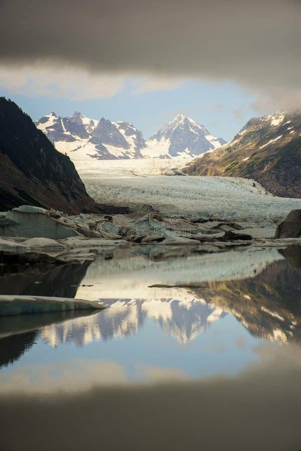 Sheridan Glacier Icy Reflection y nubes en Alaska imagenes de archivo