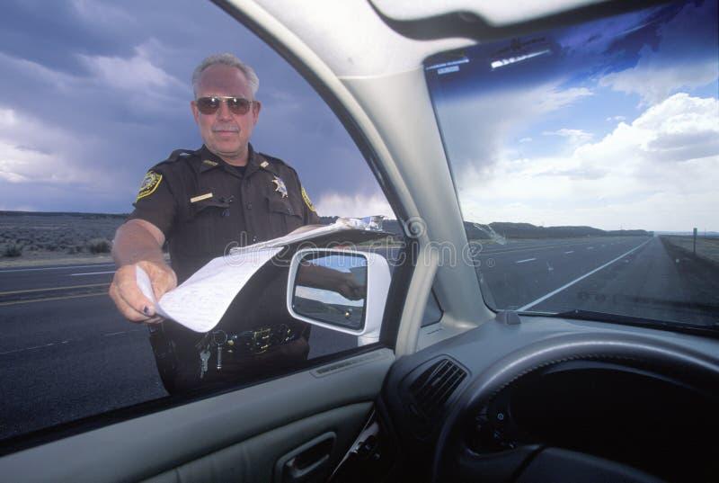 Sheriff del condado que da la multa por exceso de velocidad, New México imagen de archivo libre de regalías