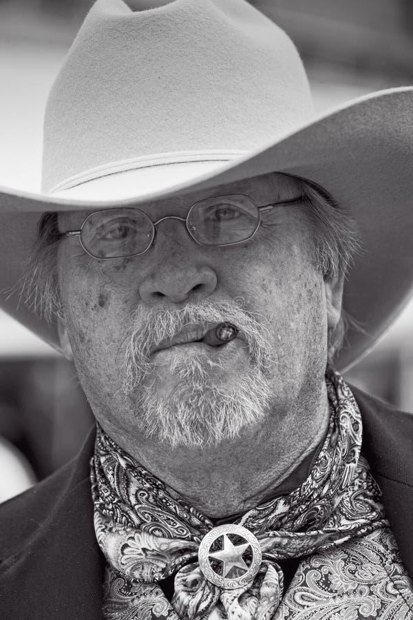 Sheriff, der im wilden Westzeigung in der Finanzanzeige Arizona durchführt stockfotos