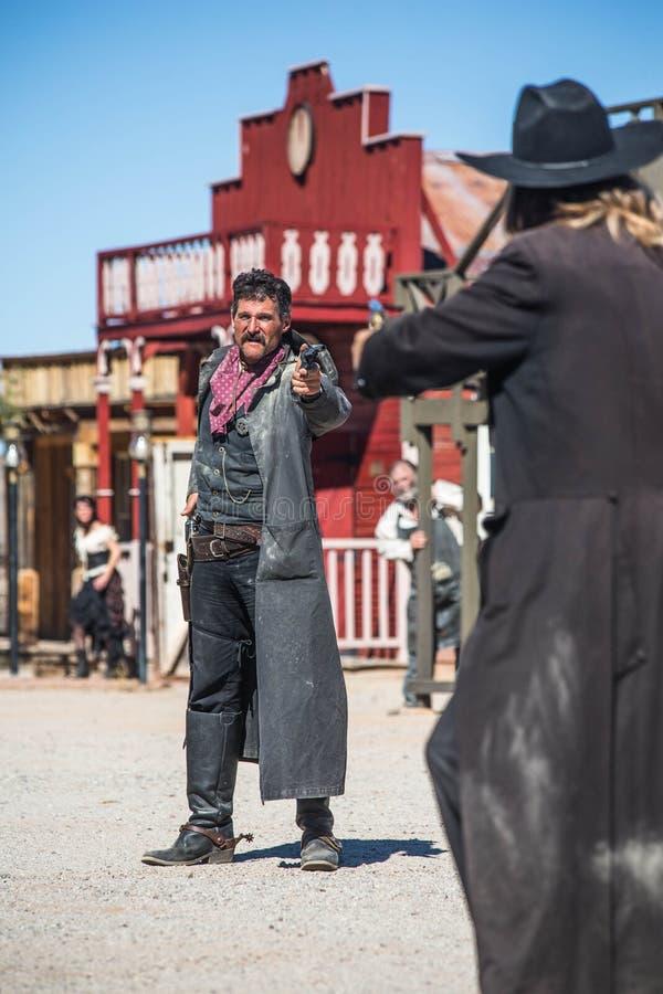 Sheriff Duels Bandit en ciudad imagen de archivo libre de regalías