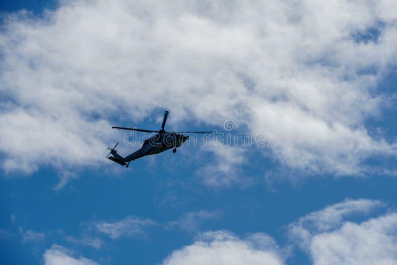 Sheriff Helicopter Hovering auf einem schönen Himmel-Hintergrund stockfoto
