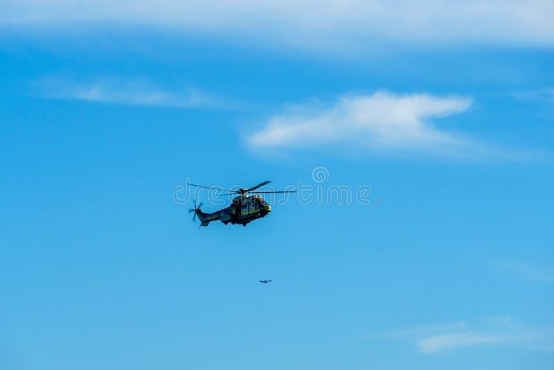 Sheriff Helicopter Hovering en un fondo hermoso del cielo foto de archivo libre de regalías