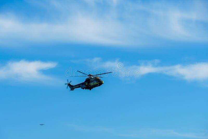 Sheriff Helicopter Hovering en un fondo hermoso del cielo fotos de archivo