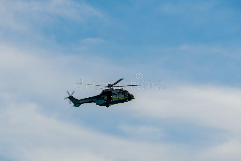 Sheriff Helicopter Hovering en un fondo hermoso del cielo imagen de archivo libre de regalías