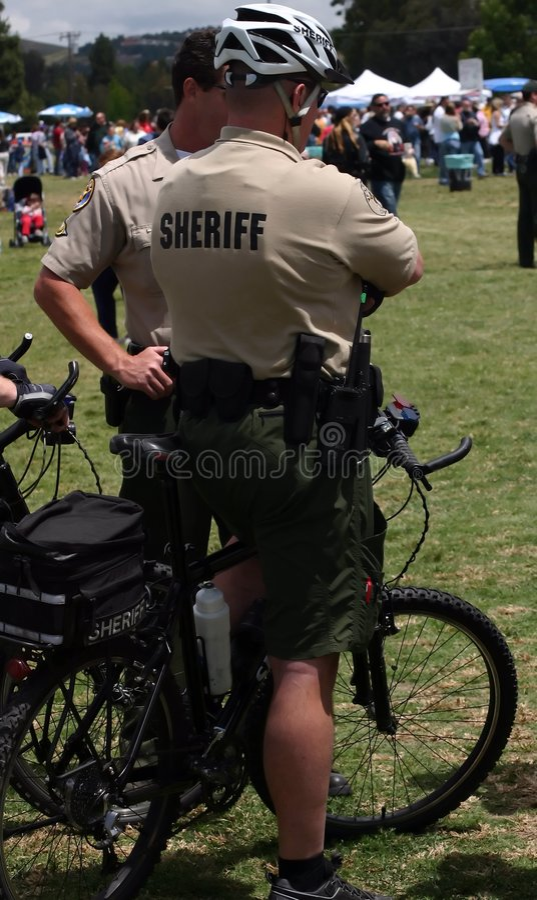 Sheriff op fietsen stock afbeeldingen