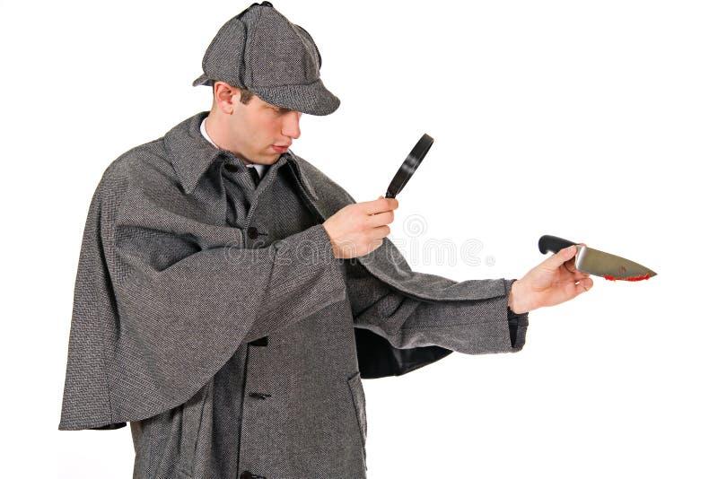 Sherlock: Человек рассматривает нож с кровью на ем стоковые фотографии rf