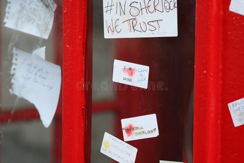 Sherlock-Fans lassen Anmerkungen auf dem Telefonkasten nahe dem St Barts herein lizenzfreie stockfotos