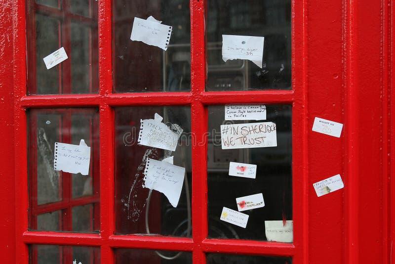 Sherlock-Fans lassen Anmerkungen auf dem Telefonkasten nahe dem St Barts in London lizenzfreie stockfotos