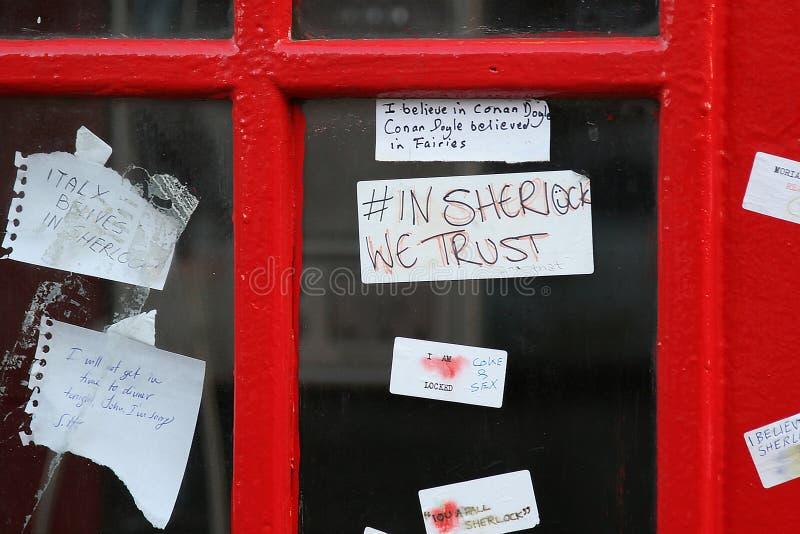 Sherlock-Fans lassen Anmerkungen auf dem Telefonkasten nahe dem St Barts in London lizenzfreie stockbilder