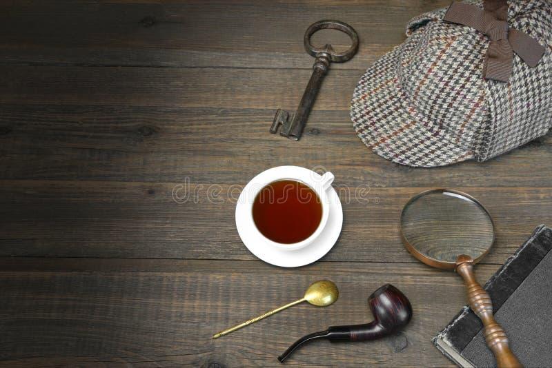 Sherlock Holmes Concept Aba da madeira de Tools On The do detetive privado imagem de stock