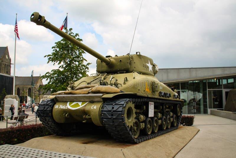 sherman Amerikansk behållare som deltog i det andra världskriget på skärm i Normandie, Frankrike royaltyfria bilder