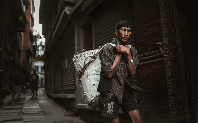Sherpa που φέρνει ένα βάρος στο Νεπάλ στοκ εικόνες