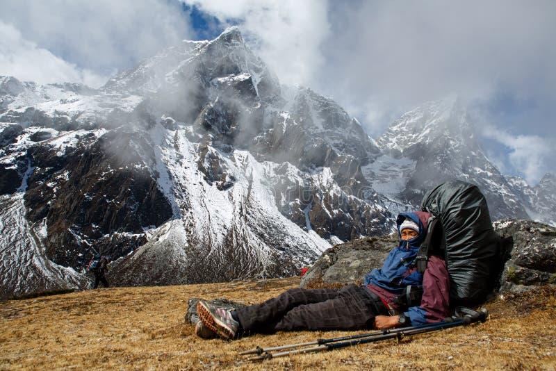 Sherpa heeft rust tijdens werkdag royalty-vrije stock foto