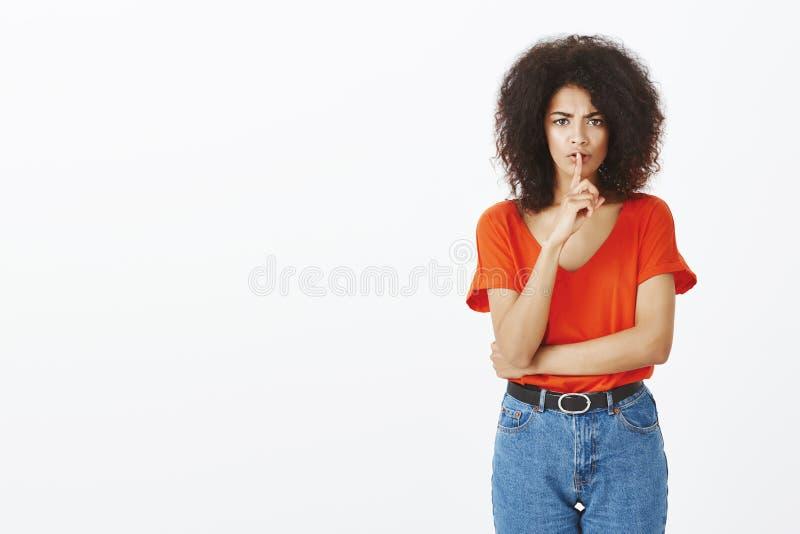 Shh, żadny opowiadać Nierada nieszczęśliwa z włosami kobieta z ciemną skóry mienia ręką krzyżującą i robi shush gest obraz royalty free