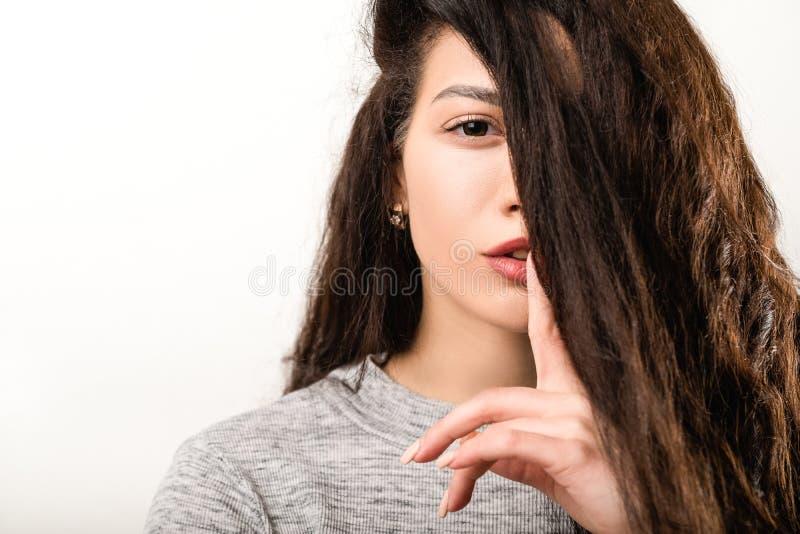 Shh att hyssja hemligt hyssja ner f?r tystnadgestkvinna arkivbild