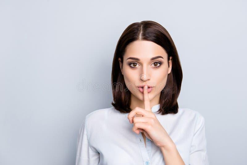Shh conceito moderno da pessoa manhoso tímida dos povos Feche acima do retrato de c fotografia de stock royalty free